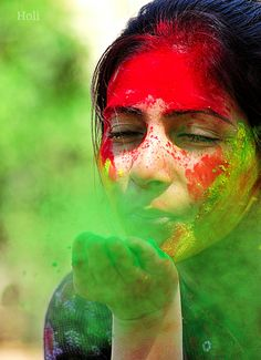 Now that the festival of Holi is almost here in new year, time is ripe for a discussion on some of the most popular Tamil Holi songs. Over the years, the tamil film industry has done extremely well in capturing the magic of Holi celebrations. Festival Photography, Paint Photography, Girl Photography Poses, Holi Festival Of Colours, Holi Colors, Hindu Festivals, Indian Festivals, Holi Girls, Holi Pictures