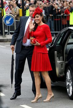 The Duchess of Cambridge (Kate Middleton) in Alexander McQueen Pippa Middleton, Style Kate Middleton, Kate Middleton Pictures, Alexander Mcqueen Kleider, Alexander Mcqueen Dresses, Lady Diana, Herzogin Von Cambridge, Outfit Online, Kate And Pippa