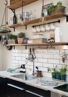 Sono una fan del tutto a vista in cucina: stoviglie e accessori in bella mostra, a portata di braccio. Unica regola: disordine controllato e organizzato #DesignOutfit #DesignTrends