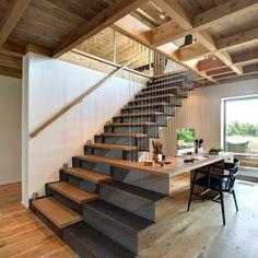 Présenté à plusieurs reprises (pour retrouver les articles, cliquez ici), Bates Masi Architects signe la rénovation de cette résidence à Southampton aux États-Unis.  La maison originale, datant des 70′s, a vu sa superficie doublée et a été recouverte de lamellé-collé qui change de couleur avec le temps et de plaque d'acier. L'intérieur fait écho à l'extérieur, avec une forte présence de bois et de métal. L'élément maître de cette réalisation reste, selon moi, l'escalier/bureau...