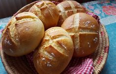 Une recette fait maison, des petits pains à la semoule mélange fine et moyenne, dégustez chaud avec du bon beurre ou un tajine.