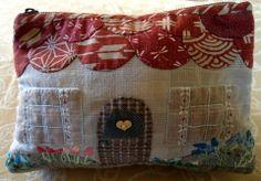 Bolsito-neceser realizado con telas japonesas y bordado a  mano. Ver detalles en http: //lasflamenkitasdelpatch.blogspot.com