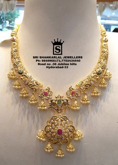 Different designs for everyone . Presenting latest collection of Short Necklace. Is it for best designs at most attractive prices An amazing put up and arrangement of cubic zircon/ruby Emeralds. Gold Necklace Simple, Short Necklace, Gold Necklaces, Mom Jewelry, Jewelry Stores, Wedding Jewelry, Gold Mangalsutra Designs, Gold Jewellery Design, Gold Jhumka Earrings