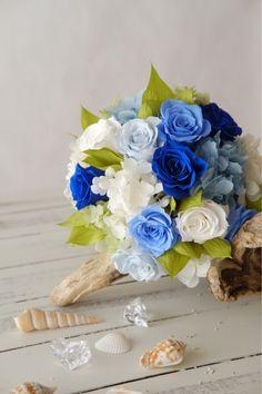 春を通り越して夏の作品となってしまいました。(笑)たくさんのブルー&ホワイトのプリザーブドフラワーを使ってブーケの制作。やっぱりお花って楽しいですね♬みな...