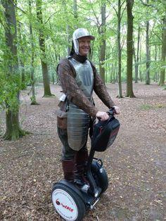 Reitergeneral Michael von Obentraut startet am 28. Juli zur nächsten Segway-Tour durch Seelze. Startpunkt ist um 17 Uhr an der blauen Heimstättenbrücke. Segway Tour, Riding Helmets, Horseback Riding