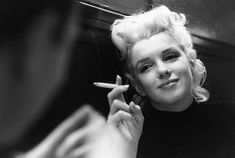 1955 was a year of change for Marilyn Monroe. After leaving Hollywood for New York, and abandoning her contract with Twentieth Century Fox, . Milton Greene, Marilyn Monroe Fotos, Marylin Monroe, Tennessee Williams, Iconic Photos, Rare Photos, Vintage Photos, Lyon, Photos Rares