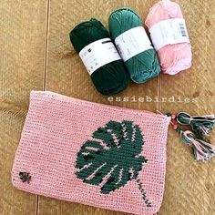 I am happy to show you my new free pattern 🌿#essiebirdiesleafpouch made with the lovely #yarnandcolors 🍃pastelpink💕bottle 🌿aventurine 🍃this one might be easier than the bigger leaf bag to start with tapestry/mochila technique 🍃check my blog to read all about it and to find the free (english this time 😉) pattern! 👉🏻link in bio 🍃happy new week 😊🌿💕#crochetpattern #owndesign #yarnandcolorsmusthave #tapestrycrochet #tapestry#crochet #crochetbag #crochetaddict…