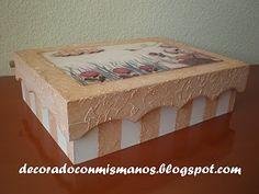 Caja de madera con texturas y decoupage en relieve