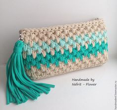 Bonito clutch o bolso de mano a crochet, en punto garbanzo, con borla, en trapillo. Crochet Diy, Crochet Pouch, Love Crochet, Crochet Crafts, Crochet Bags, Crochet Handbags, Crochet Purses, Yarn Projects, Crochet Projects