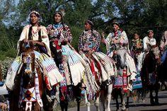 Native women on horseback - beautiful! Native American Horses, Native American Wisdom, Native American Regalia, Native American Pictures, Native American Beauty, American Indian Art, Native American History, American Pride, American Indians