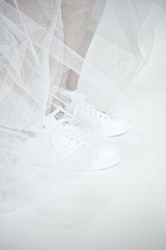 White tulle and white sneakers: Twinkle, golden and glam up your life!