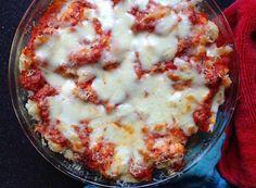 Op zoek naar een recept voor mac 'n' cheese, bedacht ik dat ik ook wel weer eens een ovenschotel met bloemkool kon maken. Om de een of andere reden vind ik bloemkool kaal of met een &#8… Healthy Low Carb Recipes, Veggie Recipes, Healthy Cooking, Real Food Recipes, Vegetarian Recipes, Cooking Recipes, Yummy Food, Slow Carb Diet, Food Porn