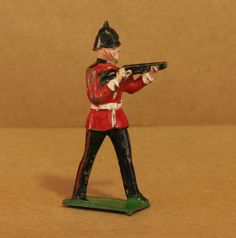 VINTAGE BRITAINS LEAD TOY SOLDIER - SCOTTISH GUARDS 100% ORIGINAL FIGURE  IN THIS SALE: VINTAGE BRITAINS LEAD TOY SOLDIER - SCOTTISH GUARDS 100% ORIGINAL FIGURE  MAKE IS BRITIANS