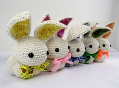 Quanta fofura num artesanato só! Ficamos encantados com esses coelhinhos de crochê e resolvemos compartilhar com vocês essa sugestão da Cí...