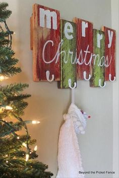 Amazing Uses For Old Pallets - 15 Pics Merry Christmas Sign Diy, Diy Christmas Wall Decor, Rustic Christmas, Pallet Christmas, Christmas Christmas, Merry Xmas, Christmas Projects, Diy Xmas Decorations, Christmas Ideas