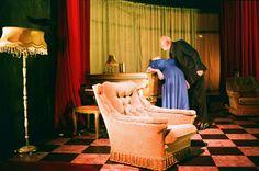 A Louer : Mit seiner Produktion A Louer lädt das Ensemble Peeping Tom die Zuschauer erneut an einen unwahrscheinlichen Ort ein. Einmal dort angekommen, lässt die Einrichtung hinter überdimensionalen roten Vorhängen die Konturen einer endlosen Höhle erkennen. Ein grandioser Platz, der aus Zeit und Raum heraus gefallen zu sein scheint und den Eindruck erweckt, er würde hässliche Charaktere beherbergen, die von erschreckenden Obsessionen geleitet würden.  © FRANSBROOD PRODUCTIONS