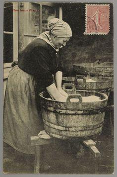 Lavandière — Wikipédia Good Old Times, The Good Old Days, Old Images, Old Pictures, Vintage Girls, Vintage Children, Photos Du, Old Photos, Vintage Photographs