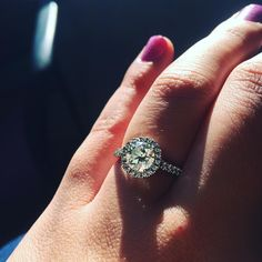 Was playing around with the sunlight and my ring 💍 I love watching it sparkle ✨#disCoverAmor #inlove #smythjewelers #martinflyer #flyerfit #fiance #bridetobe #sparkle #distracted