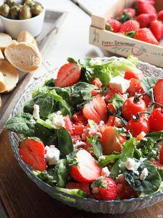 Mansikka-melonisalaatti fetajuustolla - Kaakao kermavaahdolla Caprese Salad, Cobb Salad, Salad Recipes, Healthy Recipes, Healthy Foods, Bon Appetit, Food Inspiration, Deserts, Food Porn