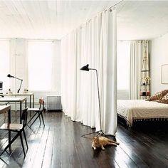 ベッドカーテンは、ベッドルームの間仕切に使えるだけではなく、インテリアイメージを簡単に変えられる自在なマテリアルです。壁の仕切りと大きく違うのは、その柔らかな質感や透け感です!