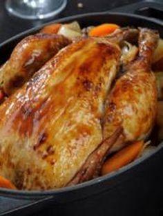 Poulet rôti aux épices de Noël, légumes et châtaignes rôtis