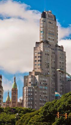 """Hermosa foto! del gigante Kavanagh uno de los primeros """"rascacielos"""" de America del sur, y hoy uno de los mas lujosos de BuenosAires Edificio Kavanagh, Tango, Cool Places To Visit, Places To Go, Argentina Travel, Spanish Colonial, World's Fair, Most Beautiful Cities, Willis Tower"""