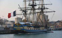 La frégate Hermione à quai dans le bassin des chalutiers du vieux port de La Rochelle;