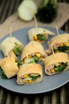 Roladki naleśnikowe z tuńczykiem, kukurydzą i sałatą