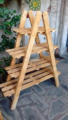 How beautifully this pallet planter stand has been designed out! This planter stand has been amazing put together into the designing with the pallet wood use where the creative shelving divisions is part of it and hence bringing the catchier effect in the Wooden Pallet Projects, Small Wood Projects, Pallet Crafts, Pallet Wood, Wood Pallet Planters, Pallet Benches, Pallet Shelves Diy, Pallet Couch, Pallet Patio
