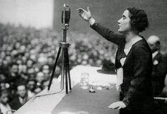 Clara Campoamor (Madrid, 1888 – Suiza, 1972) Abogada y política madrileña, fue una de las tres diputadas de las cortes constituyentes de la II República y una de las principales precursoras del feminismo en España. Campoamor logró el voto femenino en las primeras elecciones republicanas e impulsó también la primera ley del divorcio.