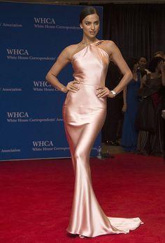 Irina Shayk de Shopie Theallet en la Cena de Corresponsales de la Casa Blanca.