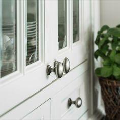 Detaljer fra vitrineskapet. Glassdører med sprosser. Antikk tinn knotter Bathroom Hooks, Door Handles, Doors, Design, Home Decor, Door Knobs, Decoration Home, Room Decor