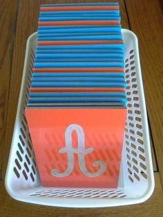 Lettres majuscules rugueuses à suivre avec le doigt. Ateliers Montessori