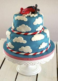 Pour les 3 ans d'Hadrien, j'ai crée une déco nuages et avion en pâte à sucre pour son joli gâteau nuages d'anniversaire. Le bleu du ciel était assortie au turquoise de la sweet table de sa maman. Un succès.