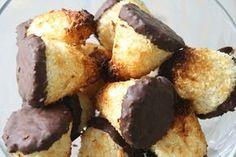 syndige kokosmakroner - Lynhuritge kokostoppe Sweets Recipes, Cake Recipes, Cooking Recipes, Holiday Desserts, No Bake Desserts, Sugar Pie, Danish Food, Good Food, Brunch