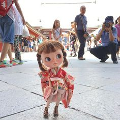 """My shoes don't go mummy and everyone is looking at me!Please can I have some pretty red Geta to go with my kimono?!"""" #kimono #kimonodolly #tokyo #japan #asakusa #simonealbergaria"""