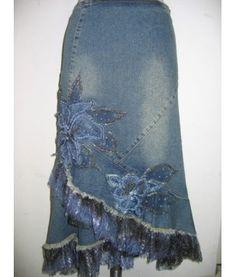 Falda con bolados y aplicaciones en jean
