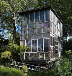 37 Inspiring Glass Cabin Design Ideas With Recycled Windows To Try - Winter is over, and it's time to replace old windows and doors that aren't energy efficient. In any town or city, you will see stacks of old window sa. Reclaimed Windows, Recycled Windows, Old Windows, Windows And Doors, Recycled Glass, Recycled Materials, Recycled Bottles, Glass Cabin, Glass House
