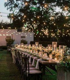 Ein paar Lichterketten, außergewöhnliche Teelichter und Kerzen: Schon herrscht Romantik pur. Was will man mehr bei einer Hochzeit?