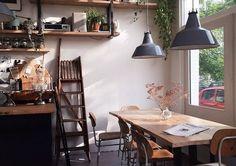 おしゃれな部屋、憧れますよね。置くものや収納するものを変えるだけで雰囲気はグンッと変わるはず。友達を招きたくなるような憧れのお部屋を作りたい!そんな方に向けて、カフェのような部屋を作る、植物の飾り方のアイデアをご紹介します。 | 1ページ目