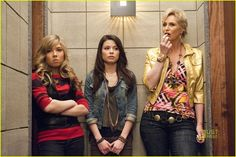 """Carly trapped with Sam an her mom in the """"get along room"""" while they try to resolve their mother/daughter issues in therapy. Series Da Nickelodeon, Icarly Cast, Icarly And Victorious, Zoey 101, Sam And Cat, Childhood Movies, Miranda Cosgrove, Jennette Mccurdy, A Series Of Unfortunate Events"""