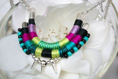 Collar babero pequeño envuelto de cuerda de hilos de colores y cuentas de plástico pequeñas  Longitud total del casquillo de extremo de botton es 18 /