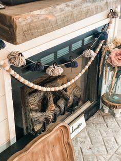 Fall Garland, Diy Garland, Sunflower Burlap Wreaths, Fall Kitchen Decor, Cute Crafts, Diy Crafts, Yarn Crafts, Diy Banner, Fabric Pumpkins