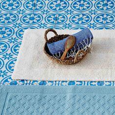 Fühlen Sie besonders dichte, reine Baumwolle unter Ihren Füßen mit unserer Badematte Kaveri. Sie ist weich getuftet und saugt Feuchtigkeit umgehend auf. Ein umlaufender Rand mit kleinen Schlaufen verleiht Kaveri zusätzliche Eleganz und ein doppeltes Oberflächengefühl, wie eine angenehme Fußmassage.