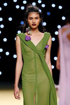 #JuanjoOliva #ss17. Sus vestidos de tul de seda, encaje y gasa bordados con #orquideas #vanda #naturales con complementos arriesgados, como los maxi pendientes de exóticas flores como #erigium y orquídea #cambria