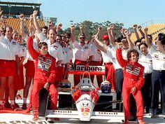 Registrado nesta foto com toda a equipe McLaren, inclusive o maior rival, Alain Prost.