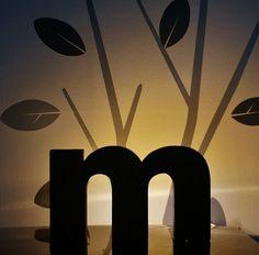 アルファベットの背面から放つ光を壁にあてると、アルファベットがシルエットとなって浮かび上がります。