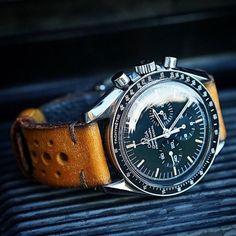 Omega Speedmaster montée sur un bracelet en cuir #watches #omega #speedmaster #style #menstyle