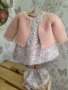 Las Labores de Cayetana Knitting For Kids, Baby Knitting, Knit Or Crochet, Crochet Baby, Bebe Baby, Baby Sewing Projects, Baby Vest, Baby Kind, Baby Sweaters