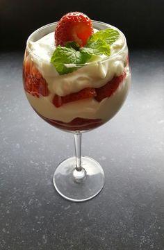 Aardbeientoetje met griekse yoghurt opgeklopte slagroom en verse aardbeien. Snel en simple te bereiden met een makkelijk recept